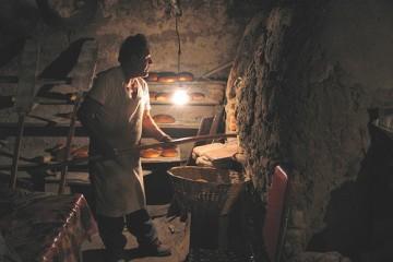 Sự vất vả của người làm bánh mì truyền thống