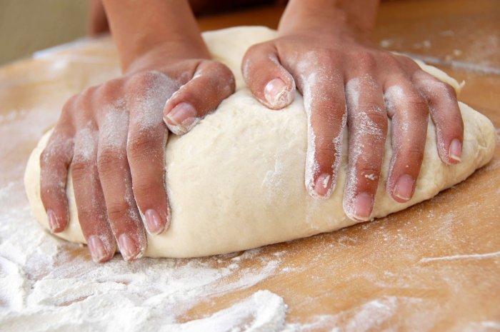 Nhân viên nhào bột bằng tay