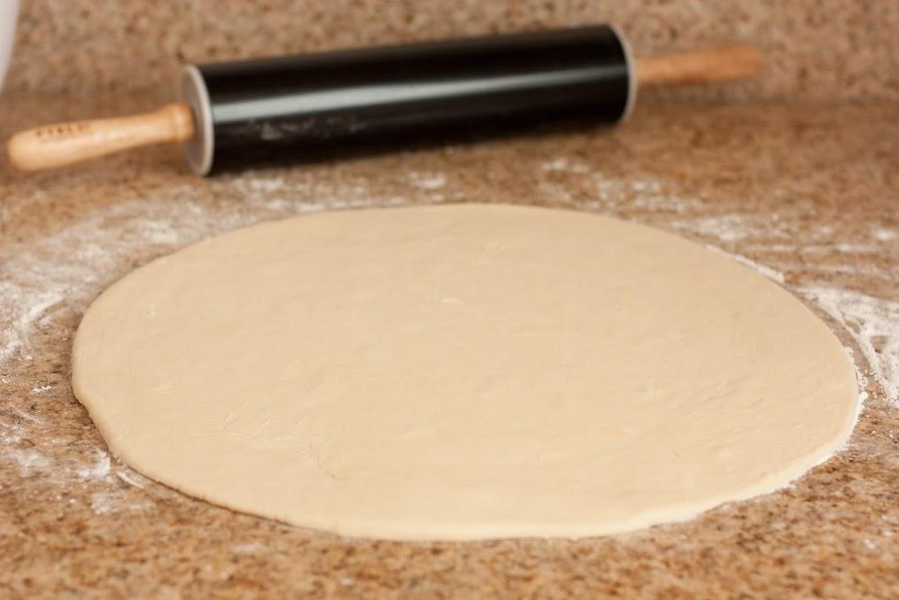 cán bột thành miếng bột mỏng đều hình tròn