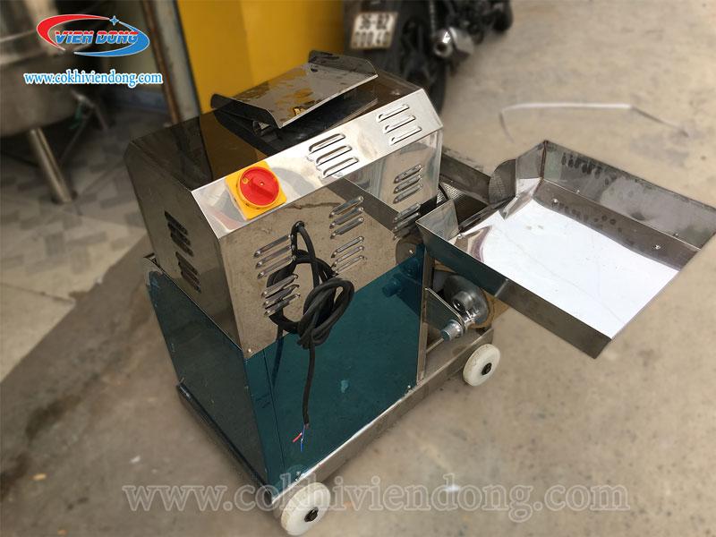 Thiết kế tinh tế khay chứa nguyên liệu của máy tách xương cá ở Viễn Đông