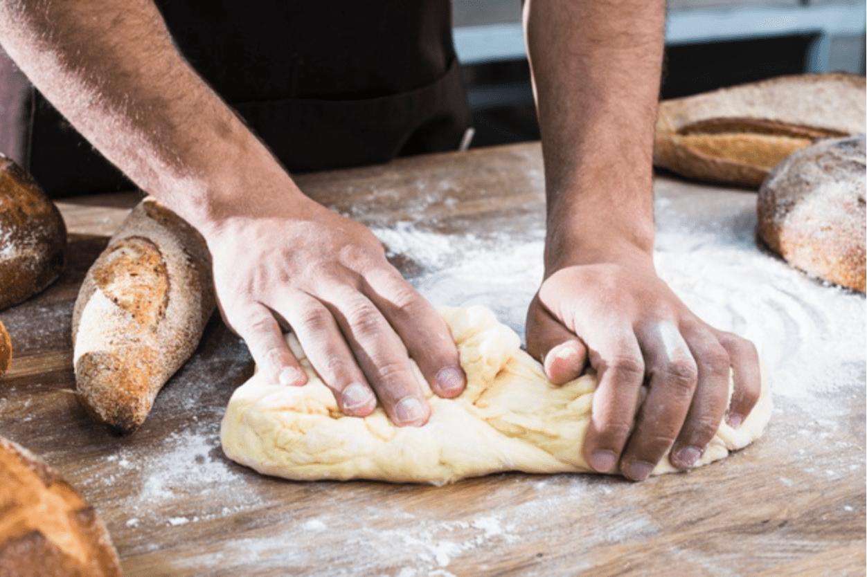 Nhào bột để làm bánh mì hữu cơ